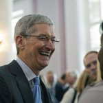 Apple CEO Tim Cook announces hes gay in a column for Bloomberg Businessweek. http://t.co/dycYfxCMoq http://t.co/6bMFLmiTSk