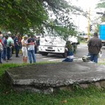 Ciclista muere arrollado por camión cisterna de Hidrosuroeste en Av. España frente Colegio Don Bosco de San Cristóbal http://t.co/ndMFYoCRQu