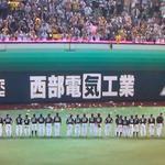 大量のメガホンが投げ込まれたグランドでファンに挨拶する選手達の胸中はどんなだろう。。。 #日本シリーズ http://t.co/2HciaKmf3n