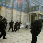 Masjid al-Aqsa completely closed down by Israel and no Palestinians are allowed in! RT dan sebarkan! http://t.co/0ZxncF9wTV