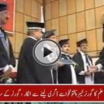 """Student denies to receive degree from #KP governor, chants Go Nawaz Go http://t.co/TJGXp8yhkP #PTIAzadiMarch #PTI http://t.co/VYpuOwOdad"""""""