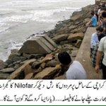 After seeing mens rushing towards sea-lines #Nilofar decided to move away from Pakistan ???? #LoL http://t.co/uZdteuNWy7
