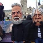 Les nouvelles marionnettes des manifestants: Couillard et Barette #rcqc #assnat http://t.co/bKYIM8FSAt
