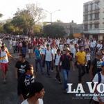 Marcha de normalistas avanza por la Calzada Juárez. Tenga precaución. #Morelia #43ConVidaYa http://t.co/kj0sDtIeSv