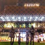 The £100,000 bronze statue by Turner prizewinner Gillian Wearing outside the Library of #Birmingham this evening. http://t.co/e7dxSzqX6v