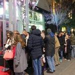 Veliko je nestrpljenje a veliki je i red na Terazijama za #iPhone http://t.co/CFl4YMSIER