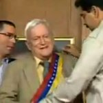 @willycochez @dcabellor investigará a Maduro por haber colocado al revés condecoración-bandera a Fruto Vivas. http://t.co/07jnfeUsiC