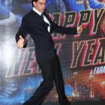 .@iamsrk does his iconic pose at launch of Sharabi song from 'Happy New Year'