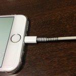 Apple製品を買ったら一番最初にする事は、充電コードの根元をボールペンのバネで補強する事。これをやってから千切れ無くなった http://t.co/uytFYiSmhR