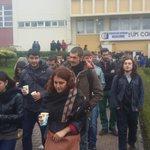 Eskişehir Osmangazi üni.de öğrenciler yemekhane zamlarını protesto etmek için rektörlük önüne yürüyor @emekgencligi http://t.co/D1Y1JqqsjC