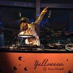 【ハロウィン】ティムバートン展が開催される六本木ヒルズのマドラウンジではヴーヴクリコのパーティー開催中。DJ KOOが盛り上げてます「サムがいないとちょっとさみしいな」とコメント http://t.co/ayn76kehUH http://t.co/Jgeg6s6UMh