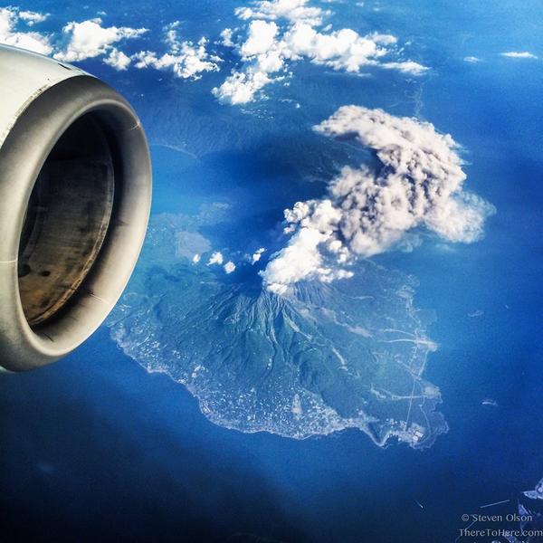 Фото действующего вулкана Сакурадзима с борта самолета http://t.co/Q2iqnnb7sI