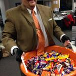 Note the special candy-carrying gloves for @ConveryKATU giant candy bucket. #liveonk2 http://t.co/MSrScxaUqL