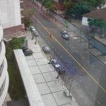 Cortada Avenida Luis María Campos al 100. Una persona se divierte disparando al aire por la ventana. En serio. http://t.co/94MU7wAAym