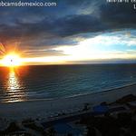 El sol entre nubes dando los buenos días en #Cancún #QuintanaRoo. ¡Qué tal! http://t.co/5C2qttrLUp
