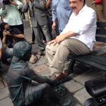Qué es peor, el monumento al trabajo infantil o el alcalde poniendo su pie mientras algunos aplauden? http://t.co/Q8MKwM3rQw