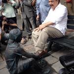Un monumento de un niño de apariencia humilde, descalzo, lustrando zapatos, el alcalde ensalza el trabajo infantil? http://t.co/c9iVEoVbjR