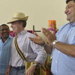 Especial Halloween con Juan Manuel Santos: acá, disfrazado de Uribe: http://t.co/qvCfSdYNmF