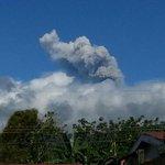 (Foto) Así se ve el Volcán Turrialba, cortesía @wasoga http://t.co/PZpQXSZnpn