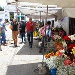 En el Cementerio de Sucre se vende flores en las aceras, mientras el mercado construido para ese objetivo está vacío. http://t.co/bfOHA7RtTp