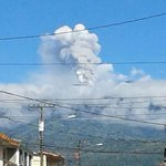 Así está hoy el volcán Turrialba de Costa Rica. Foto cortesía de @bsnoticiascr http://t.co/G38lgGU6LX