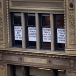 """#HunterPence lets the cable car ride him"" #HunterPenceSigns #bestsignever #Giants #WorldSeriesParade http://t.co/hEtWfc1gWU"