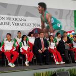 .@Javier_Duarte, con atletas mexicanos, en el abanderamiento de la Delegación nacional en #Veracruz2014. http://t.co/2Kmav4KTqu