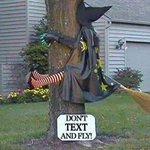 Recordamos a las Brujas en su día que chatear y volar puede ser peligroso. EMERGENCIAS 132 http://t.co/qohtcu66Y8