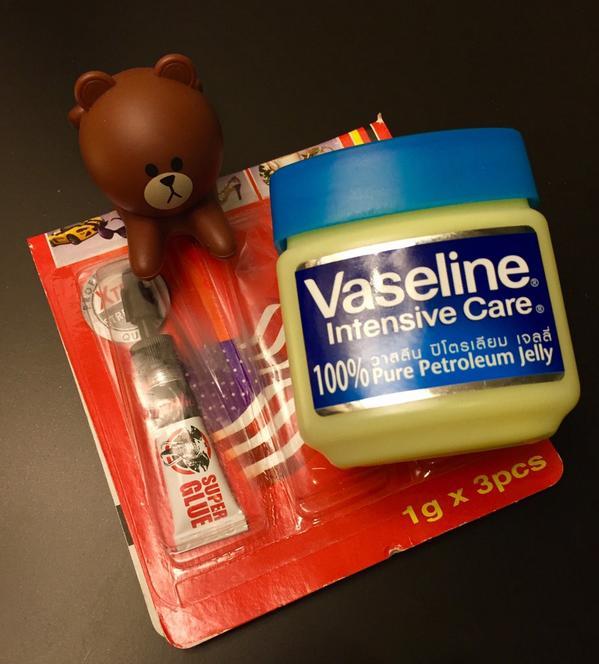 กาวช้างติดมือ! ใช้วาสลีนปิโตรเลียมเจลทาแล้วถูๆ ออกด้วย! ลองแล้ว ใช้ได้จริงค่ะ ไม่เจ็บตัว เย้เย้ http://t.co/vz3WhU4unp