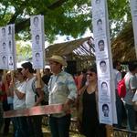 Colectivo El Sótano y ex alumnos del ESAY protestan entre muestras de altares en plaza principal de Mérida, Yucatán http://t.co/d0zcK38hjg