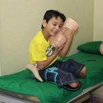 Suriyede bacaklarını kaybetmiş bu çocuğun sarıldığı şey protez bacakları. Biz mutluluğu hangi dünyalarda arıyoruz? http://t.co/EPOZ58yw9z