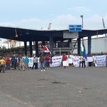 Trabajadores de JAPDEVA se manifiestan de manera pacífica en la entrada al muelle de Limón #TN7 http://t.co/UkzNPVX5JQ