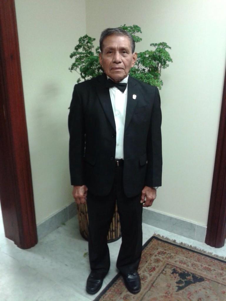 Augusto Valiente, mayordomo presidencial,abanderado de 4 nov. Ha servido a 14 Presidentes. Gran hombre! @JC_Varela http://t.co/ENYVl29grw
