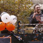 .@hunterpence and his championship belt. (Photo by @michaelmacor/SFC) #SFGparade http://t.co/urwWAI4cZX