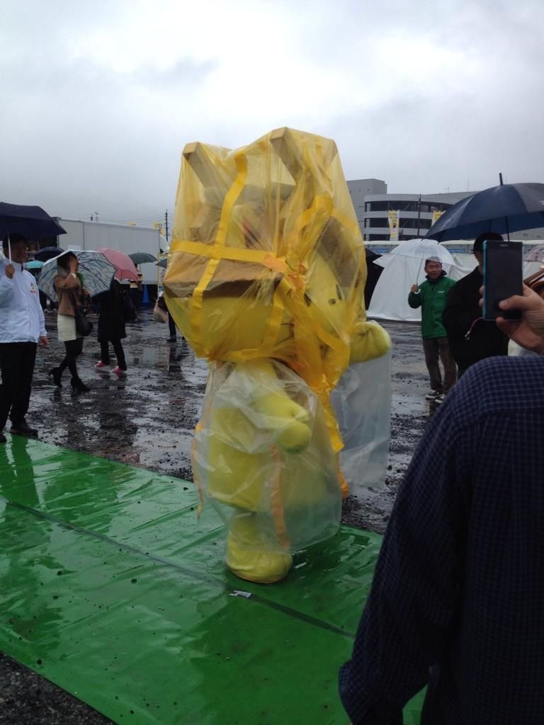 雨の中ゆるキャラ頑張っています。 http://t.co/olOKSPsphM