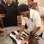 @10Ronaldinho firmando algunos autógrafos después de la cena en el hotel. #SiempreGallos http://t.co/AMDmvS3j6U