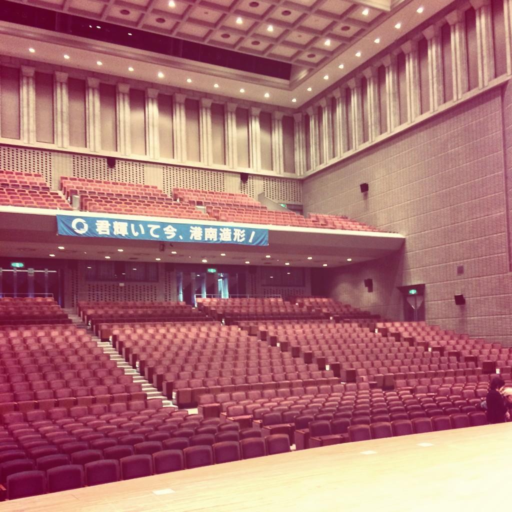 さて☺︎ 今日はいよいよ 卒業した高校の30周年記念式典。  まさかの開会後の校歌独唱(笑) こんなホールでアカペラ初です。  その後対談して、演奏もするよ。  リハから面白くて楽しみ!! http://t.co/qCbXCo9vrD