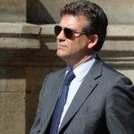 Marinière... Arnaud Montebourg intègre une école de commerce et demande une bourse ! http://t.co/rB4OaHckFv http://t.co/lfXUcJrDS5