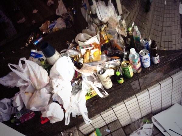 渋谷でハロウィン楽しむだけ楽しんで、ゴミはポイ捨て。だって…  本当ありえない。 http://t.co/LeOv6bxicU