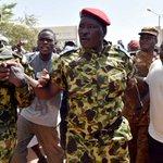 Burkina-Faso: le lieutenant-colonel Zida est au palais présidentiel http://t.co/ftVaWVRwhj http://t.co/SfKpPY8mPs