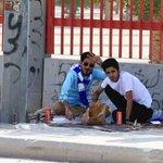 صورة / مشجعين هلاليين يأكلون وجبة الغداء بجانب الملعب ???????????????? بالعافيه ي شقردية ❤️ #الهلال http://t.co/MvE9ClxlQ7