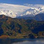 Macizo del Annapurna visto desde el lago de la ciudad de Phokara, en Nepal. http://t.co/DZPa7l9eeV
