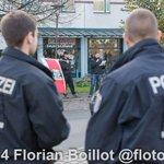 Kundgebung mit 6 NPD Anhänger in Berlin Weißensee gegen geplante Flüchtling Unterkünfte und über 50 Gegendemonstrant http://t.co/yMUjUStjAC