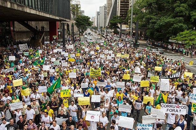 Ato em São Paulo pede impeachment de Dilma e intervenção militar: http://t.co/IFO9O1S03N http://t.co/He3YGiXYwA