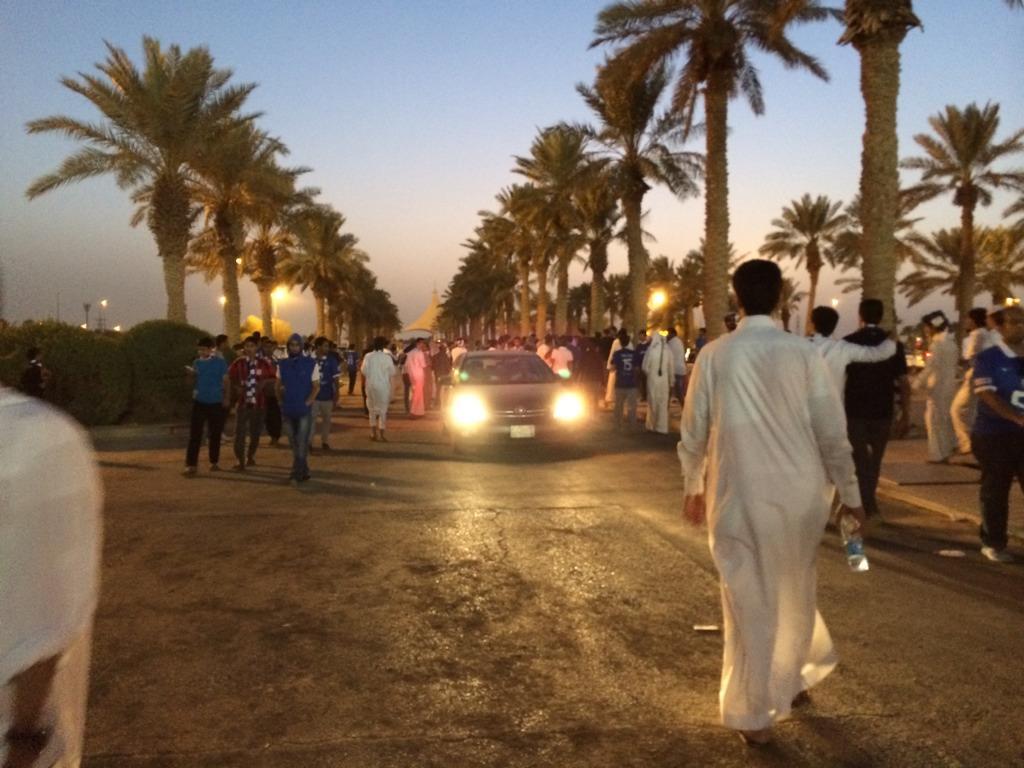 اصحاب التذاكر الممتازة مغادرين الملعب بعد قله الحيا اللي صارت! حسبي الله ونعم الوكيل http://t.co/RueAZioDW3