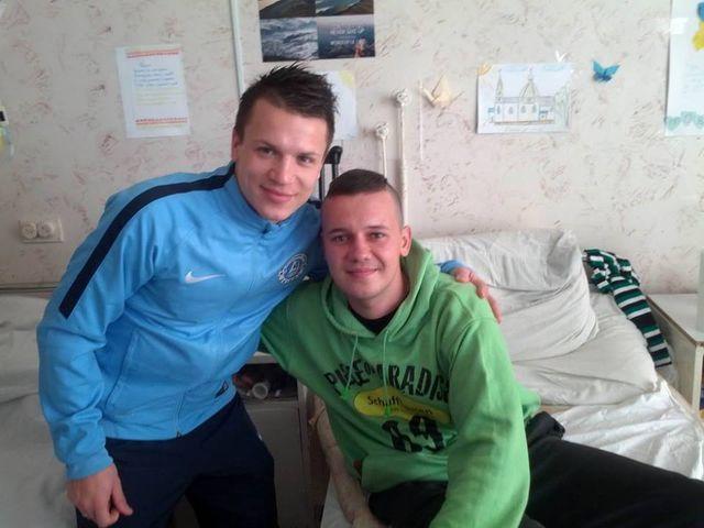"""Футболисты """"Днепра"""" сходили в гости к раненым военным  http://t.co/0dd9pAcIBe http://t.co/31iKsdvUlI"""
