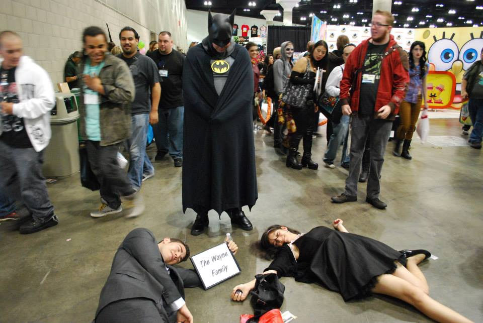 """양덕의 흔한 패스프레. 이 커플은 배트맨 코스어가 보일 때마다 달려가서 """"아들아!"""" 하고 쓰러졌다고 합니다... 출처: http://t.co/IvOm60X2fh http://t.co/egYU131EZ3"""