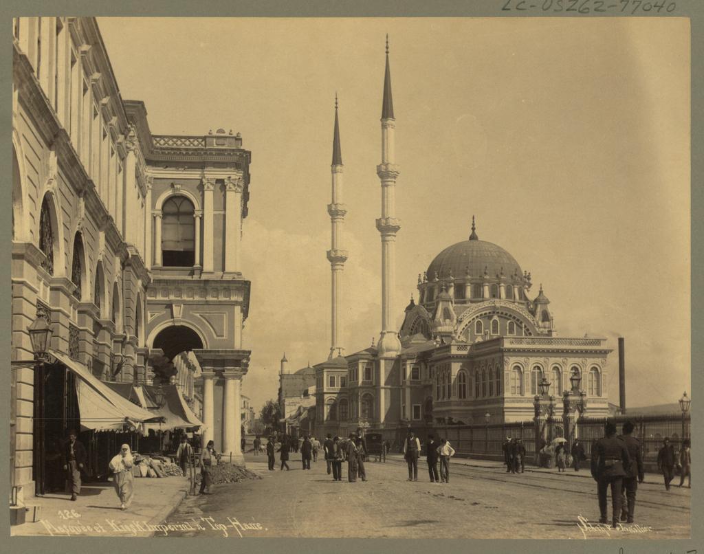 #Tophane Kışlası ve Nusretiye Camii (~1895. Sebah&Joaillier) Kışla 1950'li yıllarda yol genişletmek için yıkıldı. http://t.co/eG03sBE8Bg