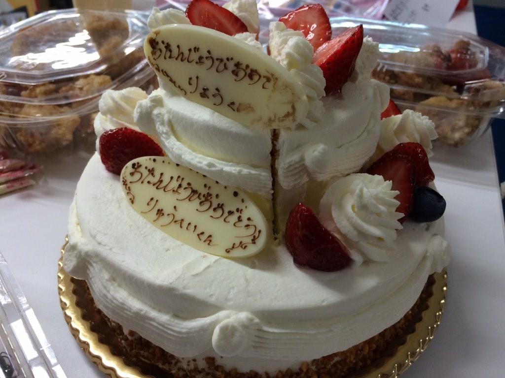 今日11/3は錦戸亮さん30歳の誕生日!おめでとうございます\(^o^)/実は今週発売する関ジャニ∞表紙号の取材時に、同じく11月生まれの丸山隆平さんと一緒にケーキでお祝いしました。その模様も追ってお届けする予定なのでご期待ください! http://t.co/u9iOxbRWQy