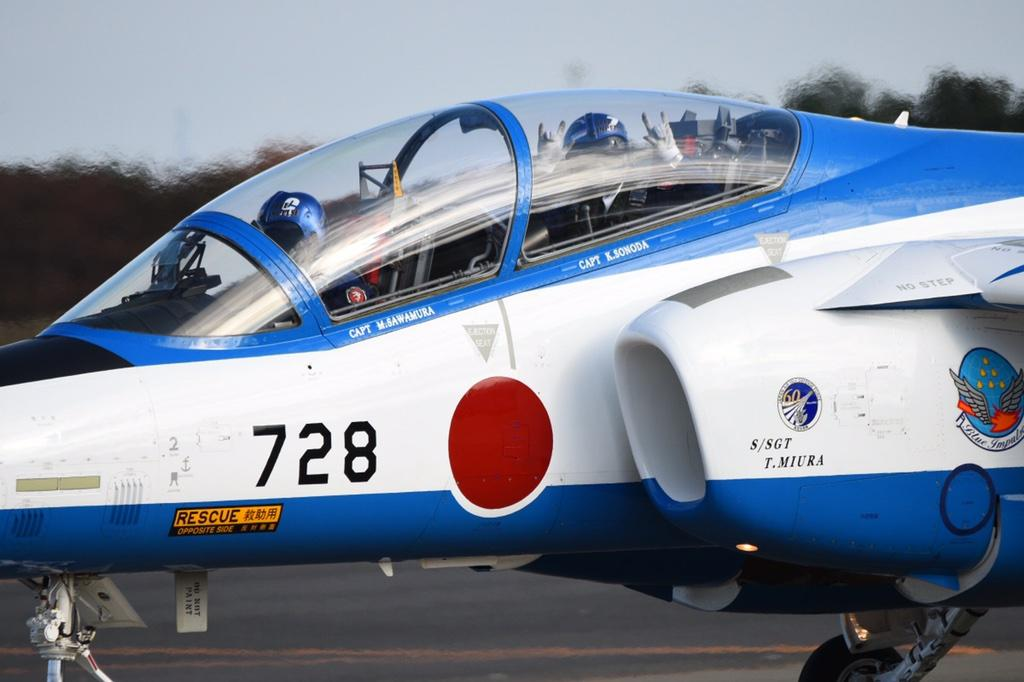 ブルーインパルスのパイロットがにっこにっこにーしてる #入間航空祭 #航空祭 #lovelive http://t.co/k45d3yWfK5